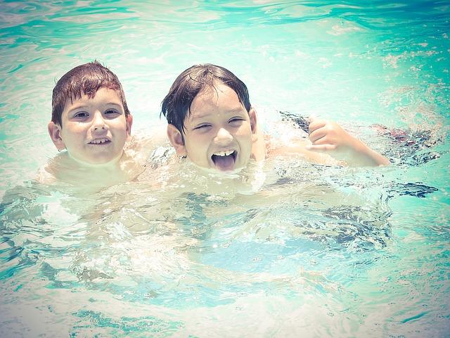 chlapci ve vodě