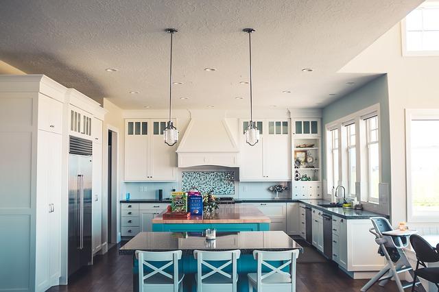 dva stoly v kuchyni