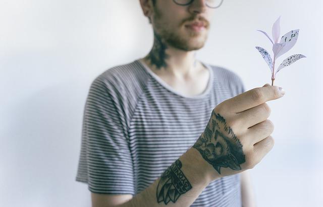 tetování na krku a ruce
