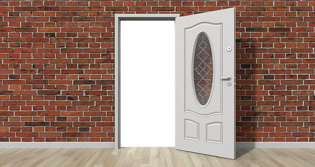 dveře bílé otevřené ve zdi cihlové.png