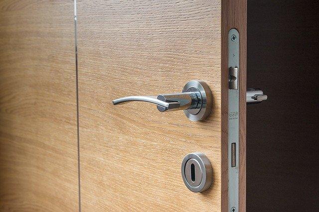 klika na hnědých dveřích.jpg