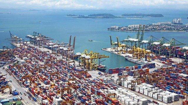 kontejnery v přístavu lodní jeřáby