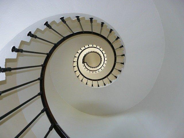 úzké točité schodiště – pohled zespodu