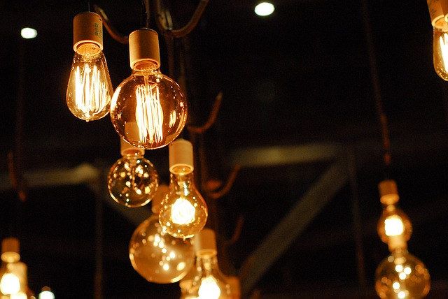 svítící žárovky